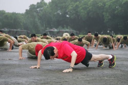 马英九夜宿军营率官兵晨跑 16分钟跑完3000米