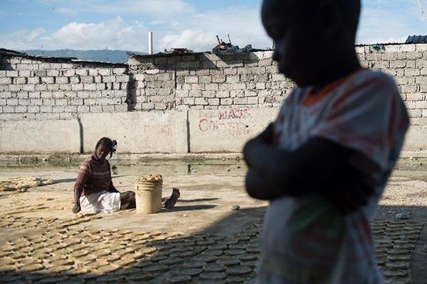 海地居民以泥饼干充饥