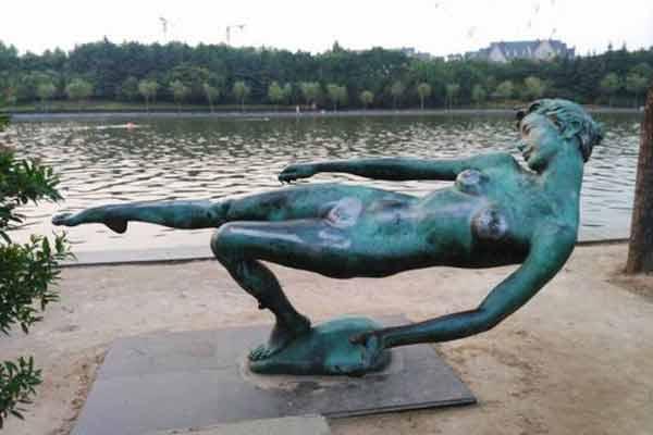 郑州一女性雕塑被袭胸 私密部位被摸得蹭亮