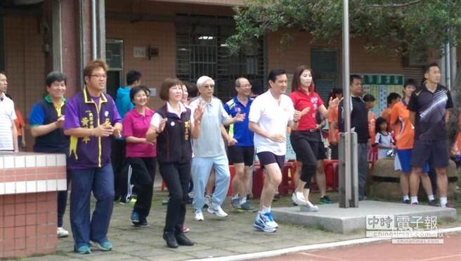 马英九早起陪小学生跑3000米 跳健康操场面温馨