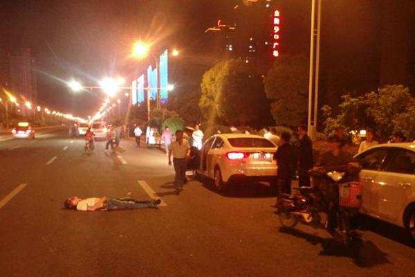安徽两司机停车约架 一人被过路车碾死