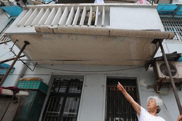 合肥小区阳台集体下沉 住户用铁柱支撑