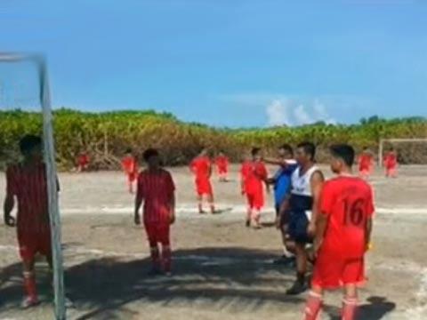 """菲越士兵在中国南海北子岛踢足球""""联谊"""""""