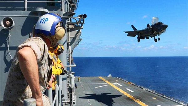 美军F-35B战机着舰测试顺利完成
