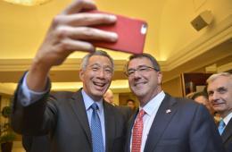 美国防部长新加坡之行 参观海军与新加坡总理玩自拍