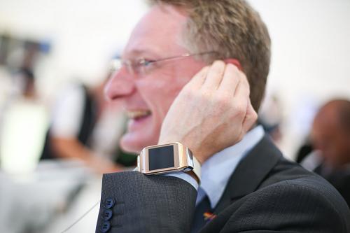 澳警方:若发明司机用智妙手表打电话将开罚单