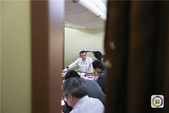 """媒体披露李克强出访专机上的""""高""""端会议"""