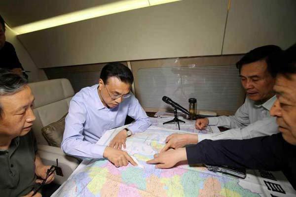 李克强飞赴湖北长江客轮事件途中画面