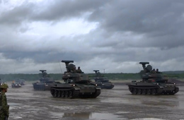 实拍日本最大阅兵式装甲车坦克成群