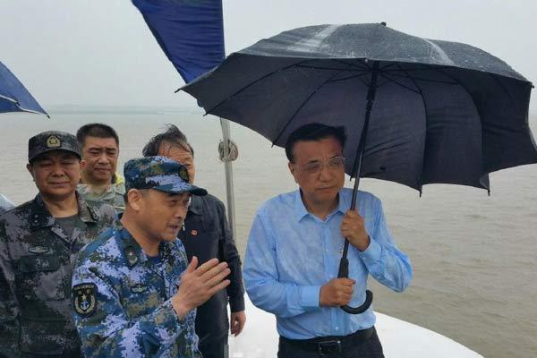 李克强再赴江心 大风大雨中指挥救援