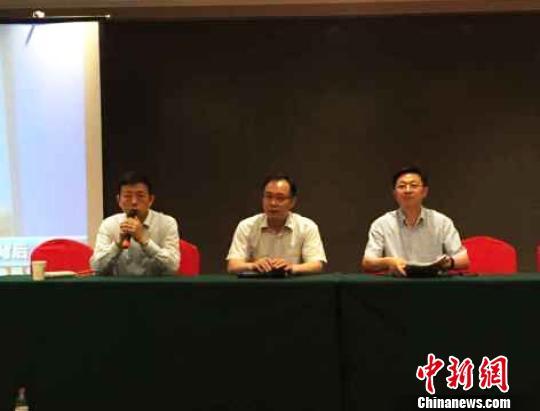 图为南京市政府副秘书长许明(中)表示,目前暂不确定何时可以安排