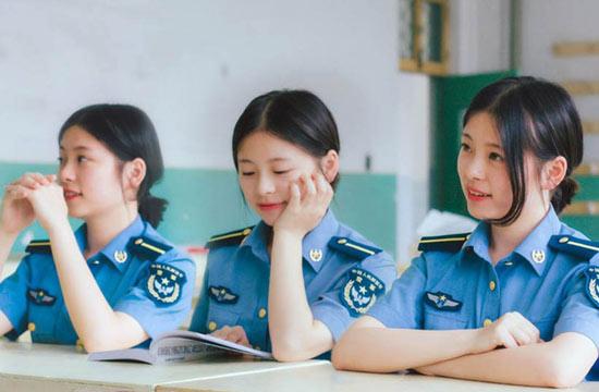 中国空军院校毕业照女学员抢眼