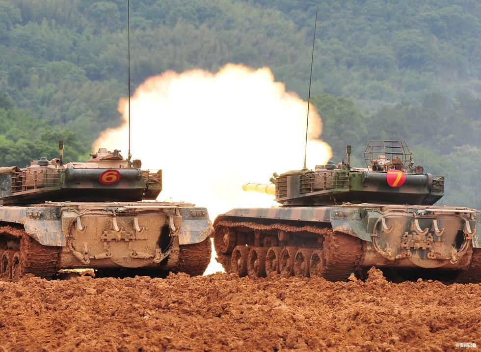 解放军96式坦克泡在泥潭里
