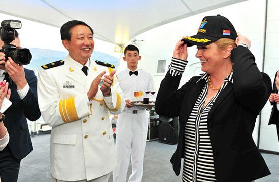 克罗地亚女总统兴奋戴054A舰帽
