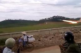 越南民众路边淡定围观军队发射导弹