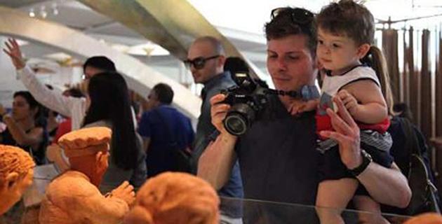 外国游客在米兰世博会中国馆前驻足观看