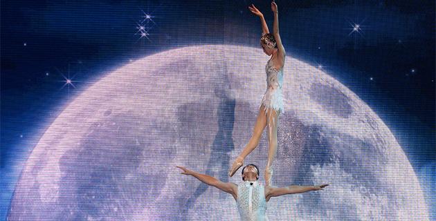 中国杂技演员在米兰世博会表演高难度动作