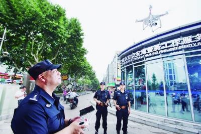 南京警方屯兵点亮相 无人机巡航上百警力配长短枪