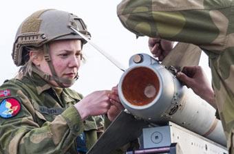 挪威女兵一样得干装导弹体力活