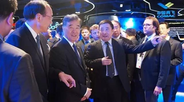 汪洋在2015年米兰世博会参观中国商飞公司展区