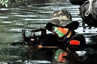 泥水中的中国女兵依旧美丽