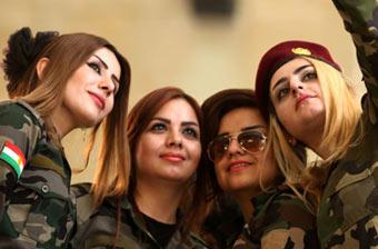 伊拉克高颜值库尔德女兵自拍