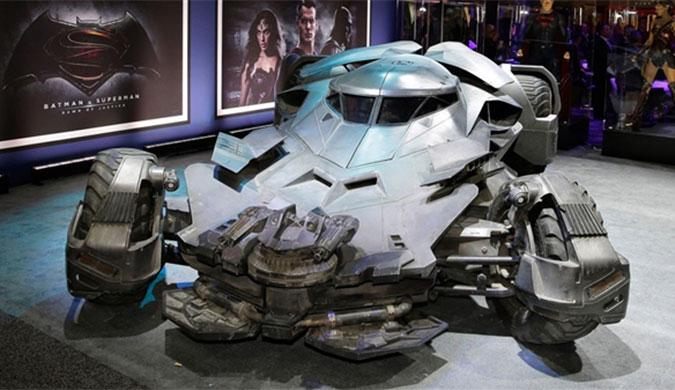 《蝙蝠侠大战超人》新款战车:霸气纯爷们