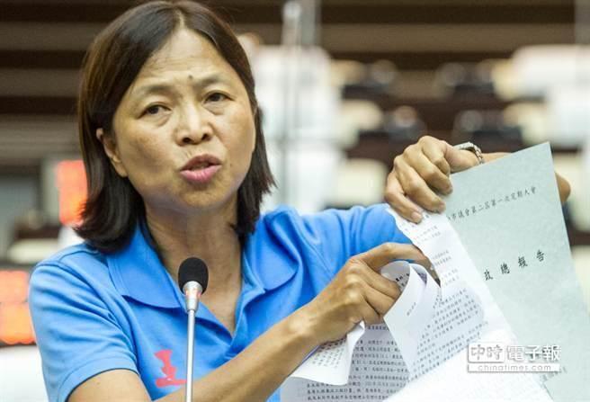 赖清德不入议会再遭批 议员撕毁施政报告喊独裁