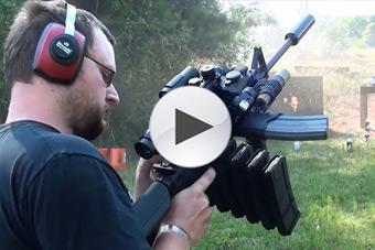美国枪迷改装卡宾枪配备8个弹夹