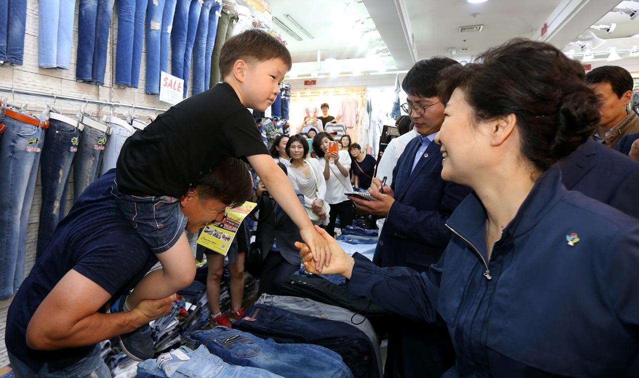朴槿惠在首尔商业街遇见中国游客:请转告韩国