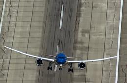 波音787客机以近乎垂直角度爬升