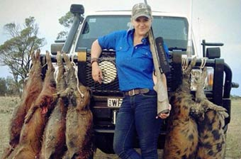 澳洲女汉子响应号召猎杀野猪