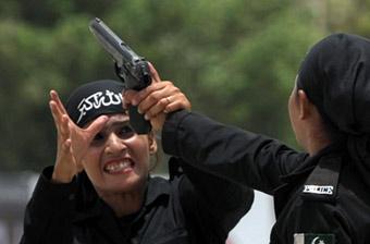 巴基斯坦女警学员秀空手夺枪