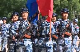 实拍解放军在境外手持AK74步枪阅兵
