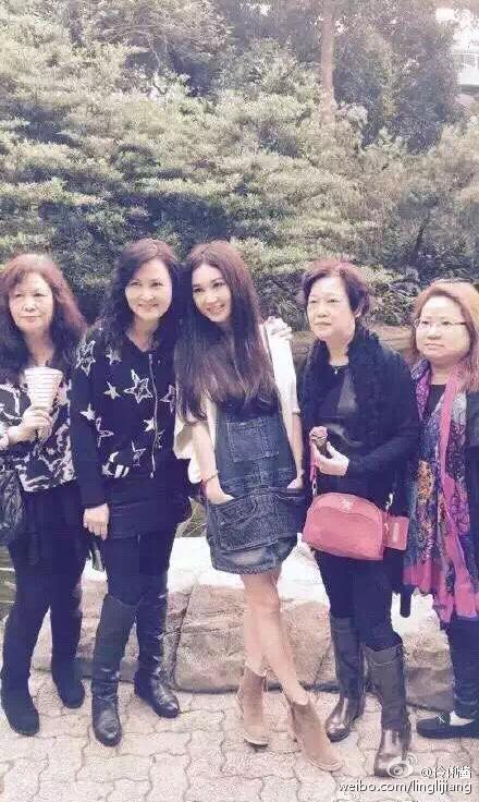 曝49岁温碧霞同学聚会照 少女 与 大妈