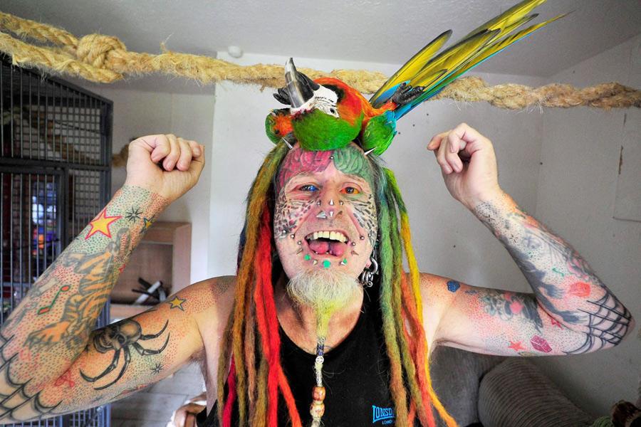 英男子酷爱身体改造 纹身超过100个