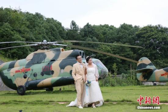 生携妻回母校拍婚纱照 与战斗机合影