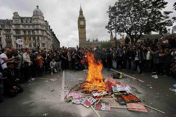英国上万示威者集会抗议政府财政紧缩政策