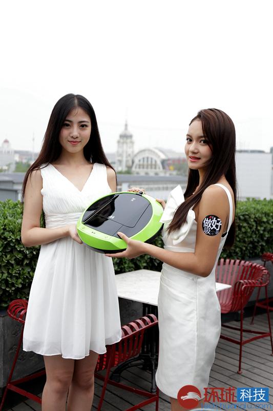 新品媒体找美女外国澳门美女v新品:养眼和机器人都很小狗图片