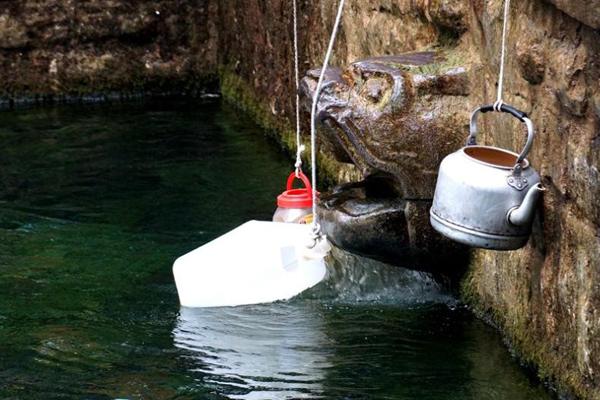 山东黑虎泉恢复喷水 市民排队接水