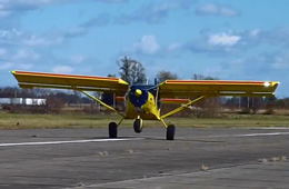 民间高手改装飞机上演超短距离起降