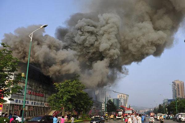 烟台一家具城发生火灾 现场浓烟滚滚