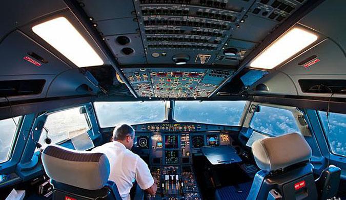 科技如此炫酷 这样的飞机驾驶舱太让人陶醉了