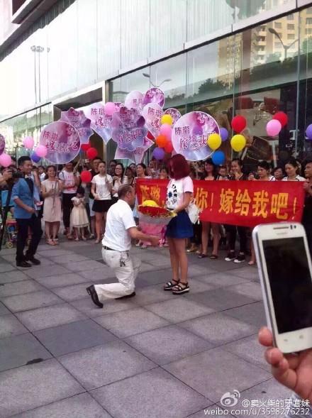60岁老汉街头向90后女孩求婚 无人机送钻戒