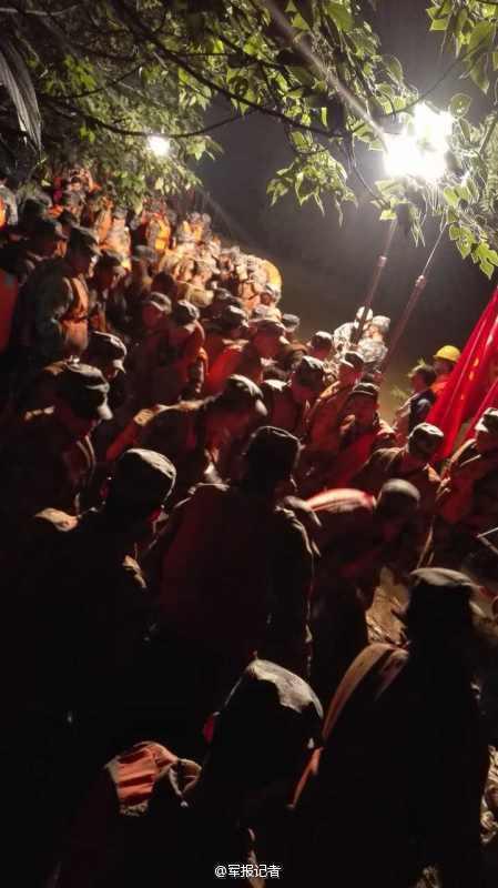 到抢险救灾中的解放军战士-子弟兵奋战在抗洪决口合龙一线