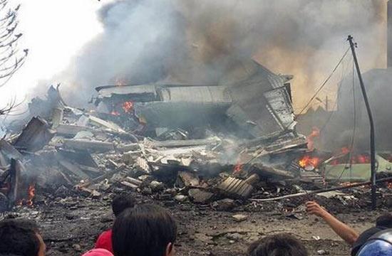 印尼C-130军机在居民区坠毁