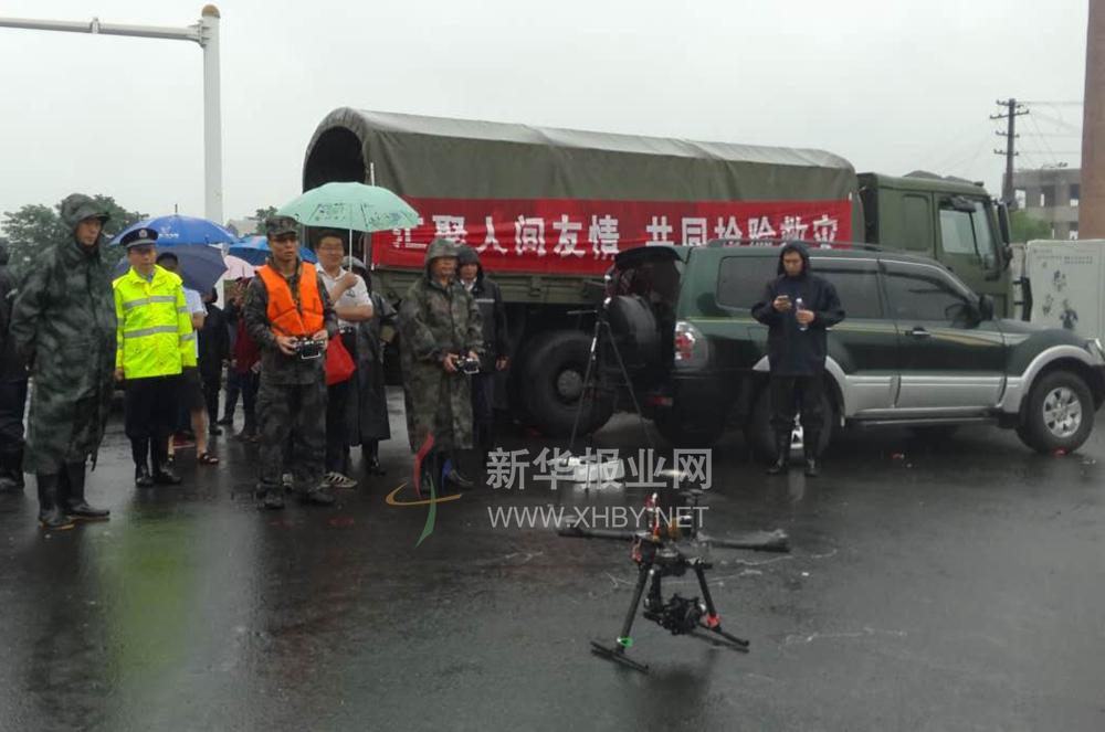 无人机探测 第1集团军逐门逐户搜救被困群众