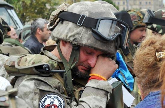 乌克兰士兵将赴前线泪别家人
