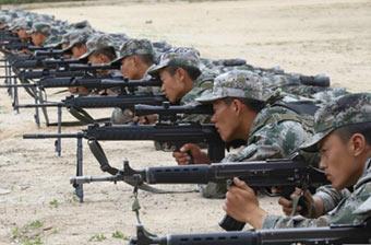 精锐边防侦察兵酷热中练枪法