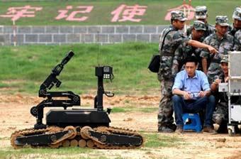 解放军先进排爆机器人动作灵活